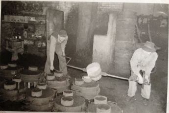 Manual casting of a small pan in 1955